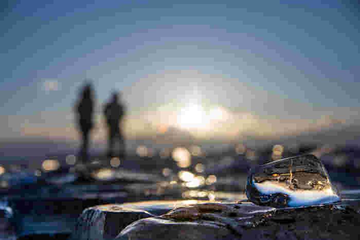 ジュエリーアイスのもう一つの魅力は「すぐそばまで行ける」「触ってもOK」ということ。花の絶景などと違い、ロープがあって「入れるのはここまで」なんて制限はありません。海岸を自由に歩き、宝探しのように一粒を見つけ出す楽しみがあります。