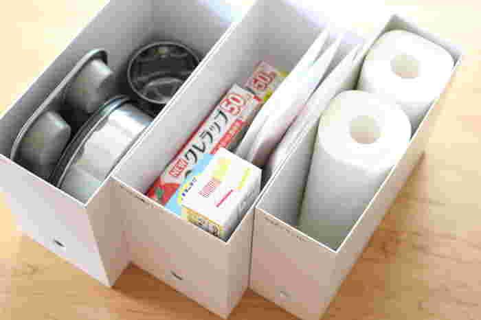 ラップやキッチンペーパーなどのストック用品もファイルボックスに入れて吊り戸棚へ入れておくと、必要な時にさっと取り出せます。キッチンペーパーはスタンダード幅のファイルボックスにぴったり収まりますね。