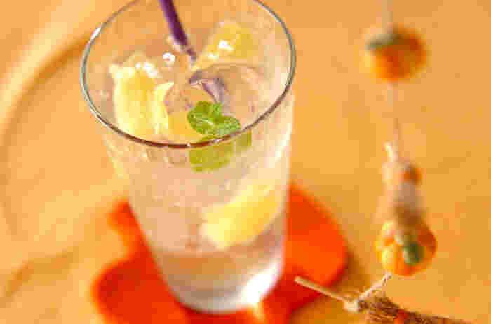 梅酒にジンジャーエールを合わせたカクテルは、とっても簡単なのにいつもの梅酒をひと味変えてくれるレシピです。 生姜の砂糖煮もぜひ一緒にトッピングしましょう。梅酒を火にかけてアルコールを飛ばせば、お子さんでも飲むことができます。