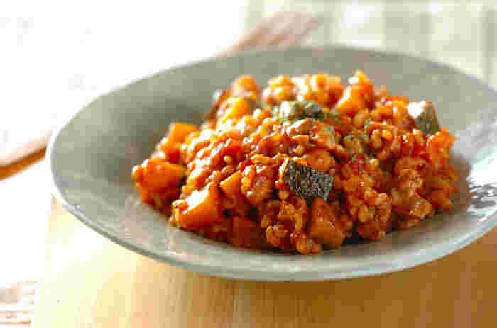 野菜もたっぷり摂れる玄米のトマトリゾット。鮮やかな色合いが食欲をそそりますね。秋の旬野菜に変えても◎。トマトとチーズが絡み合って、なんともいえないおいしさですよ!