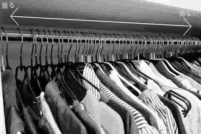 上でもご紹介したWITH LATTICEのNa~さん。比較的衣類が多いということですが、実はクローゼットにはある工夫があります。それが「着たら左に戻す!」というマイルール。そうすることによって、全然来ない洋服は右に残ったまま。断捨離しよう!と思い立った時には、右側の洋服をささっと捨てればOKなのです。