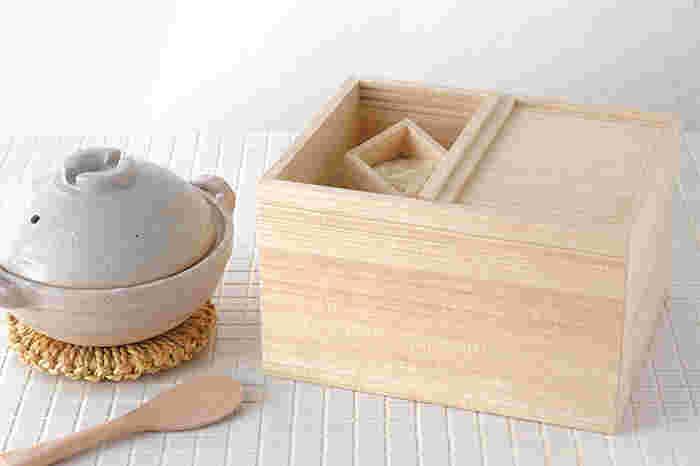 昔から和たんすにも使われていて、防虫効果や調湿機能がある桐材。埼玉県春日部市の松田桐箱が東屋と共同で製作したこちらの米びつは、美しい桐の木目が目に麗しく、爽やかな香りが鼻にもうれしい。シンク下に置いておくのがもったいないほど凛とした美しいビジュアルです。計量用に同じく桐製の一合枡が付属しています。