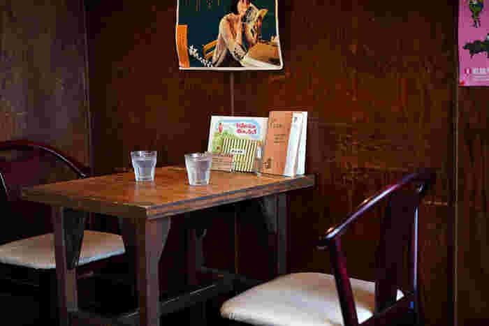 観光地として人気の京都。一歩わき道を入ると歴史漂う街並みに出会います。今回は、そんな京都で古い町屋やビルをリノベーションして作られた人気のブックカフェをご紹介します。オーナーがこだわった本と料理を楽しみながら、心動く読書タイムを楽しみましょう。