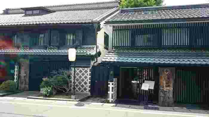 120年前に建てられた国指定登録有形文化財でもある「光屋」の母屋を利用したヒカリヤ ヒガシ。隣にはフレンチレストランの「ヒカリヤ ニシ」が並んでいます。どちらも趣のある建物で、格別の存在感を放っています。