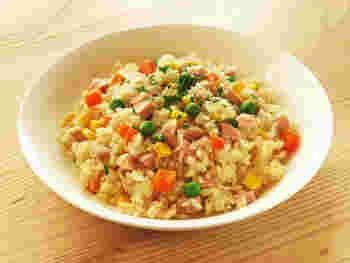 材料をお米と一緒に炊飯器に入れて炊きましょう。具材は魚肉ソーセージの他、冷凍ベジタブルを使って手間なく。もちろん冷蔵庫にある野菜を入れてもいいですね。