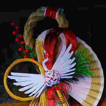 しめ飾りはしめ縄に裏白や松、鶴などの縁起物をあしらい、神聖な場所であることを示すものとして飾ります。しめ飾りにはいろいろな形があり、地域によっても異なります。古い年の不浄を断って、おうちを祓い清めてくれるものです。