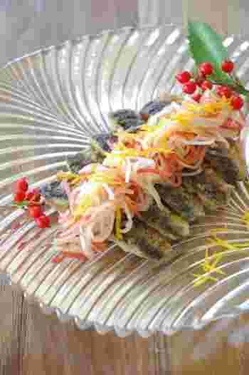 彩りがきれいな紅白なますを洋風にアレンジしたレシピです。メインにもなる鰯を使用しているので、おせち料理にもぴったりですね。