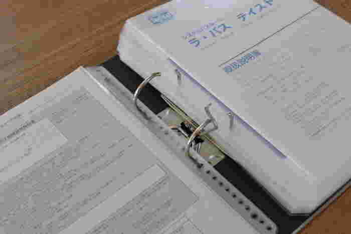家電を買うたびについてくる取扱説明書も整理収納の仕方に頭を悩ませるものですね。使い方が分からなくて取り扱い説明書を見たいのに、すぐに取り出せなくてイライラすることも多いのではないでしょうか。ここでは3種類の収納方法をご紹介します。