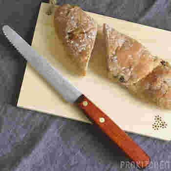 「パン切り包丁」は、やわらかいパンもつぶさずにキレイに切ることができるので、パン好きの人は一本持っておくと便利です。刃の部分がのこぎりのような形状で長細いのが特長です。