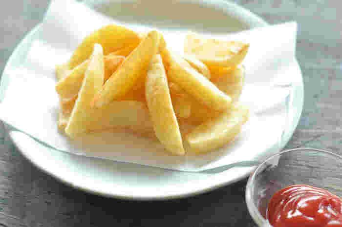 大人も子供も喜ぶ定番レシピといえば、やっぱりフライドポテト。おうちで作ってもあまり美味しくできない…という人必見のレシピです。ちょっとしたコツで、おうちでも美味しいフライドポテトが食べられますよ。
