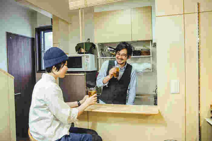 左は、相方の一星さん。三年前からブランドのスタッフとして佐藤さんをサポートしています。大好きなお酒を飲んでいるときは、思わず顔がほころびます