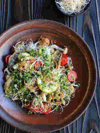 色とりどりで目にも美味しいさんまのねぎ塩竜田サラダ。ホームパーティーの一品としてもおすすめです。