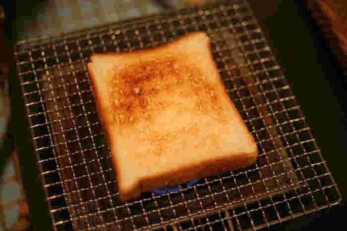 辻和金網の「手付き焼き網」は、熱をまんべんなく広げてくれるので焼きムラが少ないのが特徴です。焼き網では、干物やお餅、野菜を焼くイメージが強いですが、こちらのようにパンを焼くのに使ってもOK!外はサクサク中はふんわりのおいしいトーストが焼き上がりますよ。