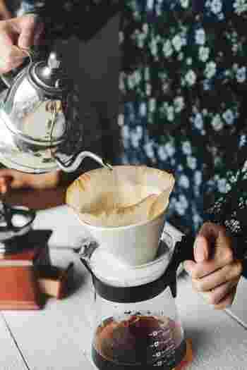 お湯はドリッパーに近い位置から静かに注ぎ入れます。勢いよく入れるとフィルター内の粉がへこんでしまい、抽出にムラが出るので注意。サーバーに落ちていくコーヒーと同じスピードで注ぐのがポイントです。