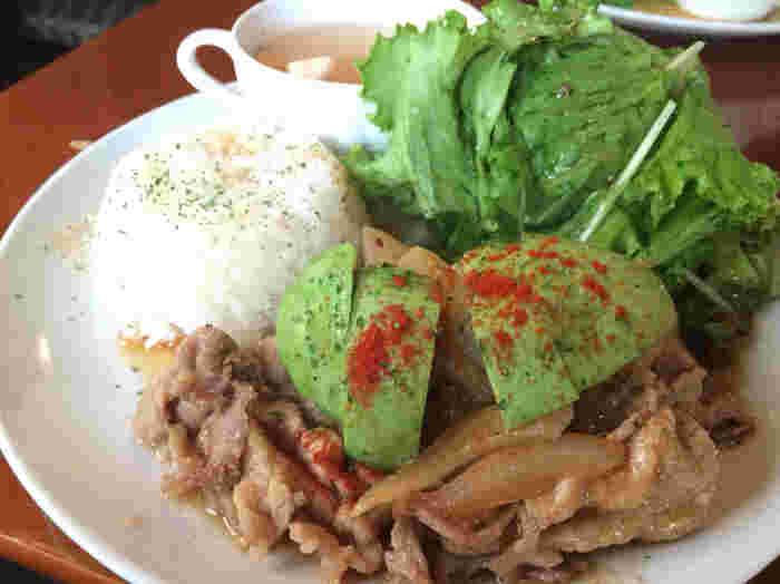 ポークジンジャーライスは甘めのタレとアボカドが相性よく、どんどん食べ進めてしまうほど美味しい一品です。