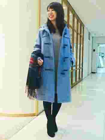 綺麗なカラーのダッフルコートを羽織れば、ファッションのポイントに。コーディネートはシンプルにするとキレイにまとまります。