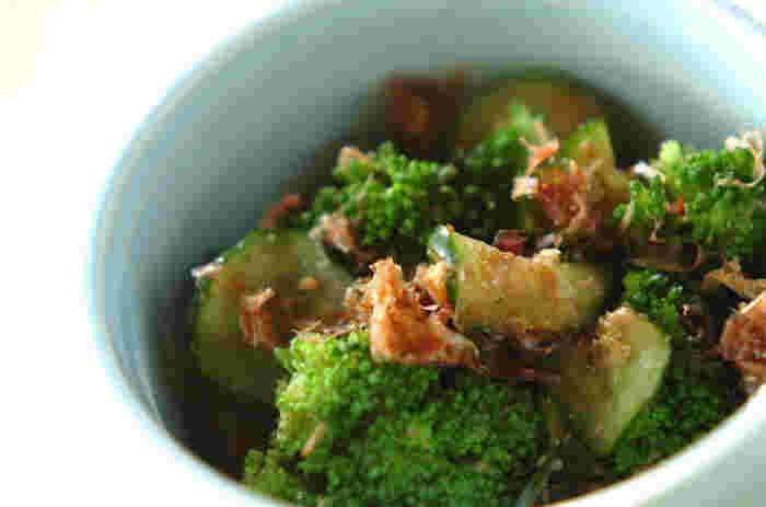 ブロッコリーとキュウリのおかか和えです。日本人のお口に合いやすく美味しいと絶品のおかずなんですよ。