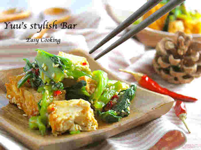 油抜きした厚揚げと茹でた小松菜をさっと和えるだけの超簡単スピードレシピです。 残り物でもできるし、常備菜にもなります。 ピリ辛はご飯もすすみますね。