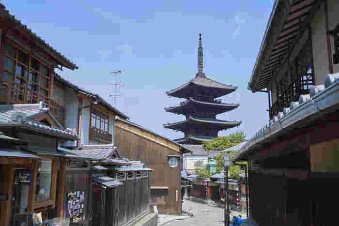 「瑞光窯京都清水店」があるのは、清水寺から徒歩7分、京都観光の中心地に位置しています。陶芸体験をした後は、京都の観光を効率良く存分に楽しむことができます。京焼、清水焼を扱うのお店も多いから観光の思い出にもなりますね。 京都駅から車で10分ほどの場所には「東山工房店」があります。こちらでも陶芸体験可能。
