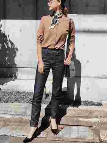 ユニクロデニムの代名詞と言っても過言ではない、シガレットジーンズ。ハイライズのデザインで脚をすっと長く見せてくれるだけでなく、お尻まわりのディテールにもこだわりきれいなシルエットで履くことができるんです。カジュアルなイメージが先行することが多いデニムも、こちらのコーディネートのようにきれいにまとめることができるのもこのデニムの魅力。ジャストサイズで潔く履くと、すっきりと見せられます。