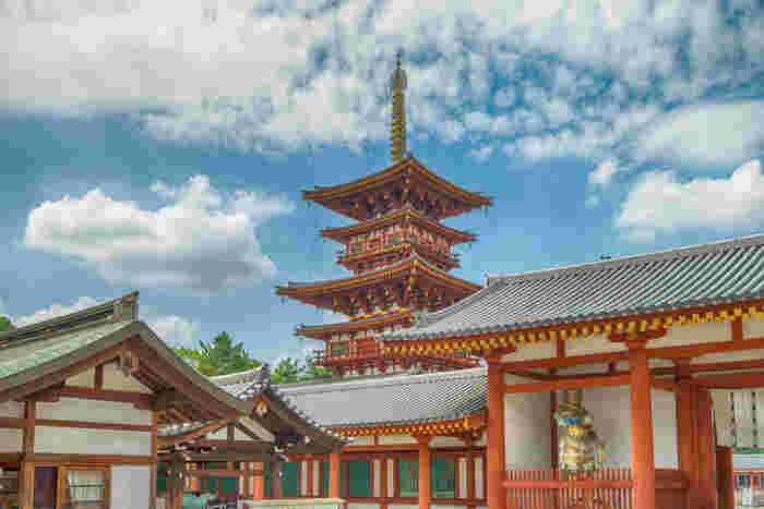 世界遺産に登録されている薬師寺は、680年に天武天皇によって開祖された法相宗の大本山です。