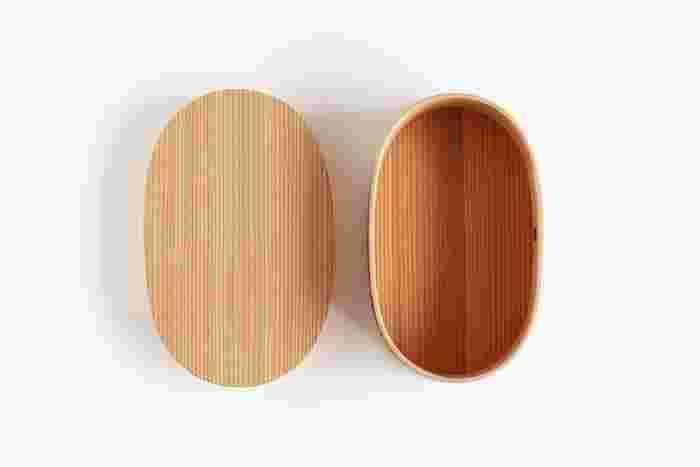 伝統工芸品として有名な「曲げわっぱ」は、杉やひのきの薄板を曲げて作られています。  秋田杉や長野県の木曽ひのきなど、日本各地で昔から使われています。フタを開けると、ほんのり木の香りが感じられるお弁当箱です。