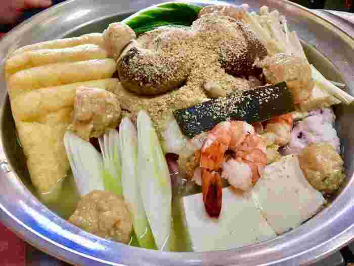 鍋の定番、「ちゃんこ」!たくさんの具に、しっかり味の付いた塩のスープがからみあい絶妙です。油揚げやつくね、魚介まで入っています。お家でマネするならタラなどの白身魚や、余ったウインナーを入れると、より出汁がきくのでいいですね♪