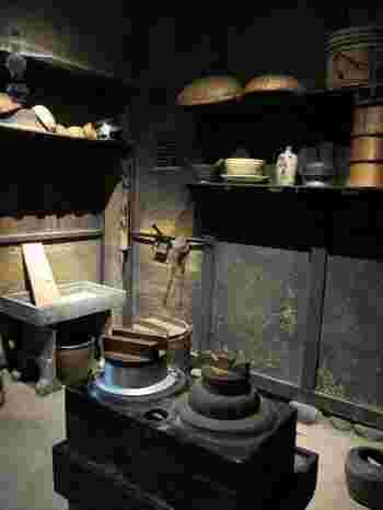 昭和30年代まで使われていたかまど。棚にはお櫃(おひつ)があります。かまどは後に電気炊飯器に変わり、お櫃は保温ジャー、そして保温機能付きの炊飯器へと変わっていきました。