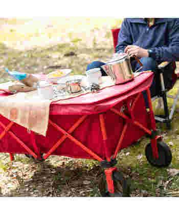キャンプ中の食事には、外でも使用できるアウトドアテーブルがぴったり。収納ケースがついたタイプなら、ワゴンとしても使えるのでなにかと活躍してくれますよ。