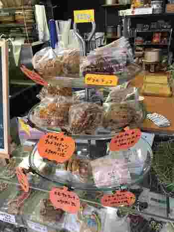 かぼちゃの種が入ったクッキーなどの焼き菓子も人気。プチギフトにもぴったりですね。