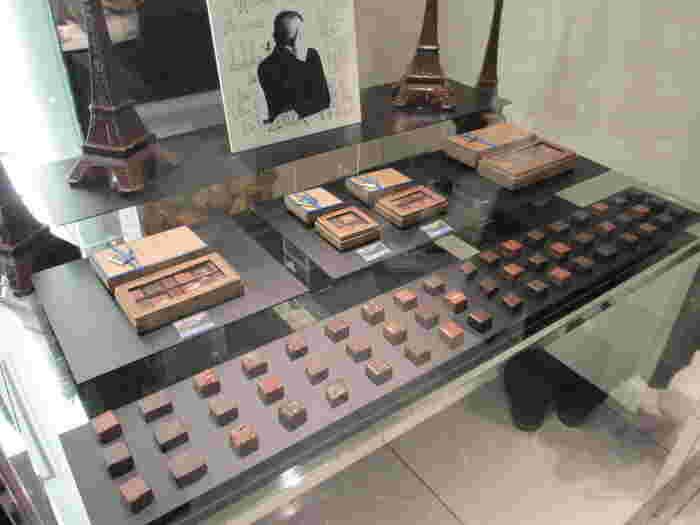 世界最高のショコラティエ、ジャンポール エヴァン氏が生み出すチョコレートが並ぶショーケースは、ジュエリーケースの様な美しさ。チョコレートのために徹底した温度管理がされているお店には長蛇の列が出来ていることも多いですが、並んでも食べたい特別なチョコレートなんです♪