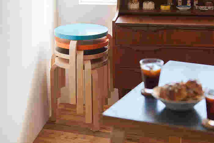 """""""L-Legs""""という独自の技術を用いたスツール 60は、美しいデザインだけではなく、スチール家具のような強い耐久性を備えているのも大きな特徴です。また、使用しない時にはこちらの写真のように、椅子を重ねてコンパクトに収納できるのも魅力のひとつ。デザイン性と機能性を併せ持つスツール 60は、普段使いからおもてなしまで幅広いシーンに活躍してくれます。"""