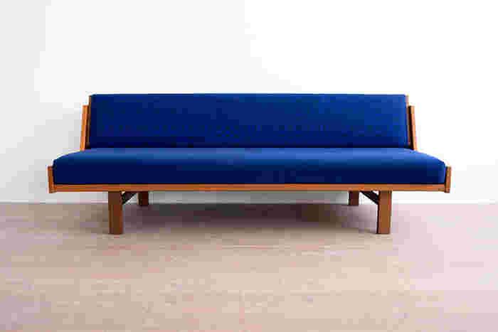 こちらは鮮やかなブルーの生地で、背もたれに「tambourine」、座面に無地を使用。先程の黄色×水色のパターンとは、ガラリと印象が変わりますね。