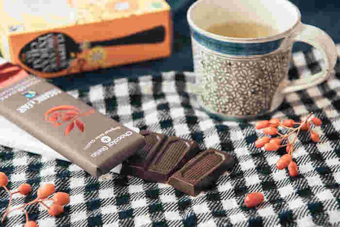 乳化剤、人工香料不使用のオーガニック&フェアトレードチョコレート。スイスの伝統製法で、丁寧にてまひまかけて作られています。フレーバーは、ダーク、ダークザクロ、ミルクヘーゼルナッツ、ダークオレンジ、ミルクの全5種類。