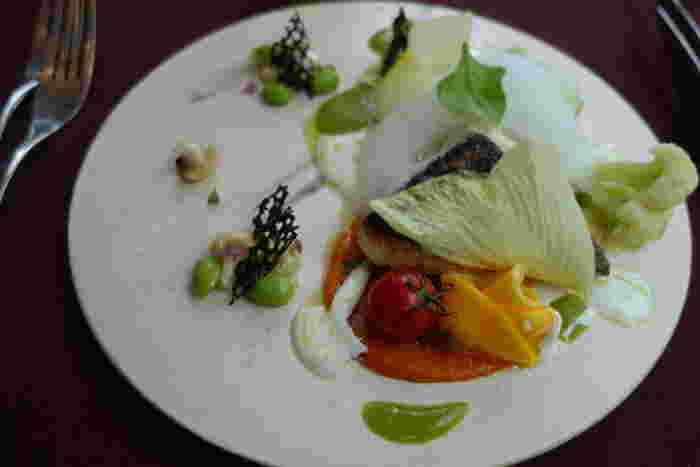 こちらはメダイのポワレ。フォトジェニックな美しさを放つ、創造性溢れる一皿です。これはぜひ味わい体験していただきたいコース料理です。