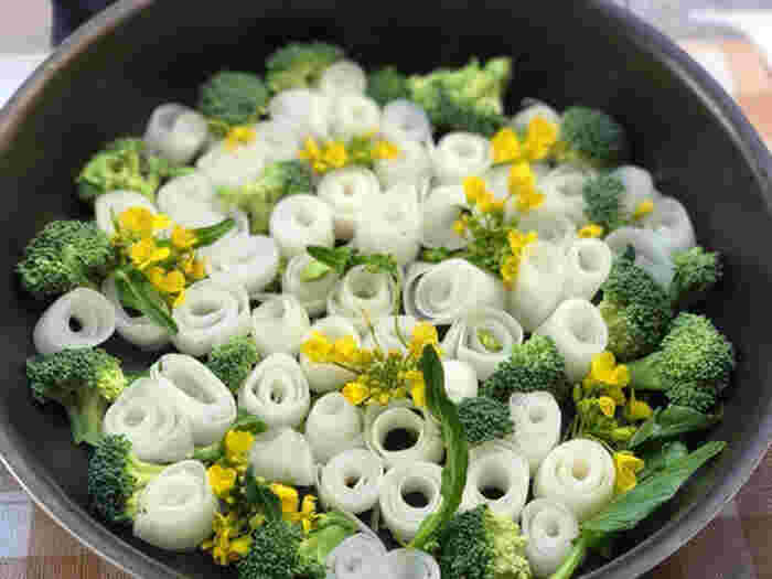 こちらは、スライスした大根を巻いて作ったお花が主役のブーケ鍋。黄色の花はアスパラ菜を使っています。食用の花をトッピングすると、華やかさがアップします。帆立貝柱の出汁が大根に染み込んで、いくらでも食べられそう。お子さんでも簡単にできるので、一緒に作ってみませんか?