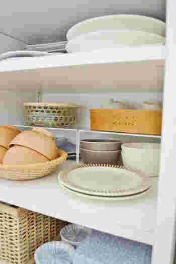 「二軍」の食器たちは、食器同士で積み重ねるのではなく、ケースやコの字ラックなどを使って奥行きの深いエリアに収納してあげるといざというときに使いやすくなります。