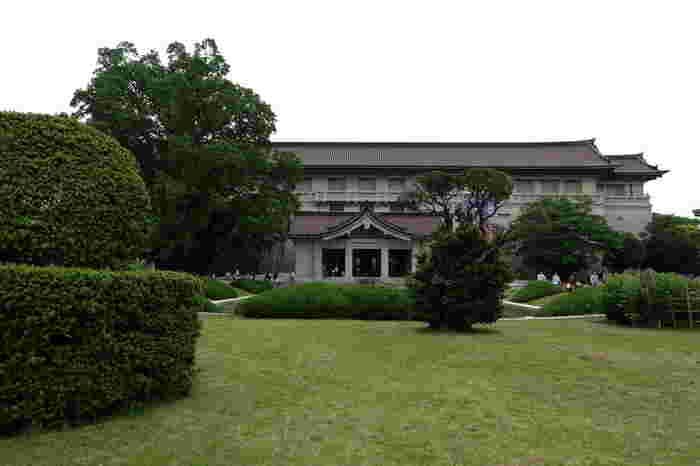 上野駅から徒歩10分ほどのところにある「東京国立博物館」。日本で一番古く、一番大きな博物館です。日本の美術のほか、中国やインドを含むアジアの美術も合わせて11万件以上収蔵されていて、多くの重要文化財、工芸品が堪能できます。