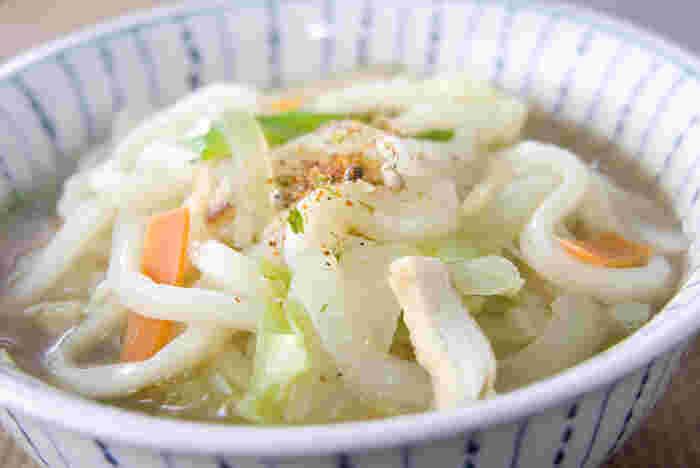 たっぷりのお野菜を、あっさりとしたブイヨンスープで煮たら、最後にうどんを入れても一緒に煮込むだけ!野菜から出る旨味や甘味が、スープに優しき溶け込み、自然で美味しい味わいです。