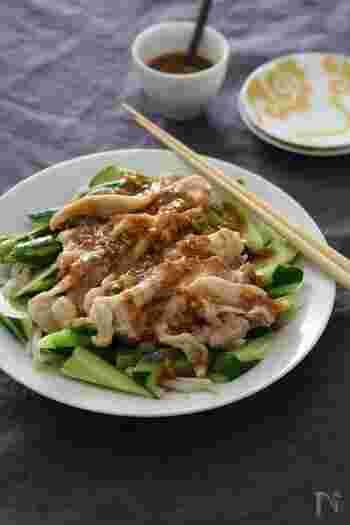 ピリ辛ごまだれをかけて頂く、バンバンジーのレシピです。火を使わないので、暑い日にぴったり。コクのあるタレで、野菜もたっぷり食べることができます。