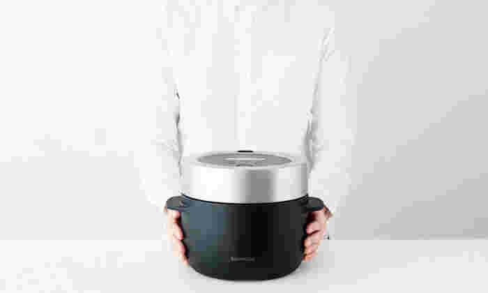 """こちらは""""蒸気のちから""""で炊き上げる炊飯器「BALMUDA The Gohan(バルミューダ ザ ゴハン)」。外釜と内釜の間に水を注ぎ、その蒸気の熱を利用してご飯を炊きあげます。美味しいご飯を実現するため保温機能は搭載されていませんが、それも""""味""""にこだわるBALMUDAならではの特徴です。小さいサイズの3合炊きで、キッチンに置いてもコンパクトに収まります。今までの炊飯器にはない、シックで洗練されたデザインも魅力です。"""