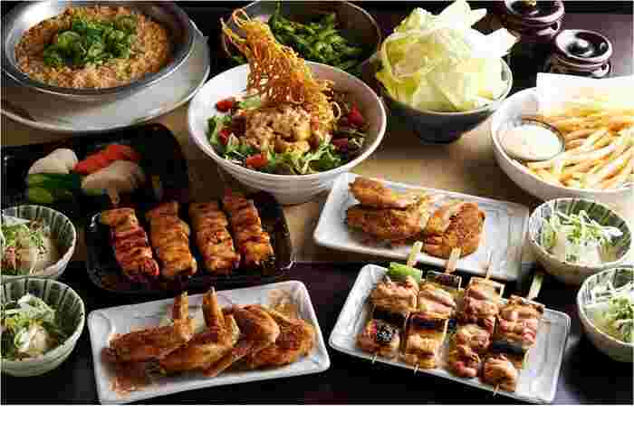 手羽先からもも肉など、幅広い部位を使った種類豊富な鶏料理がいただけます。串はどれも¥149均一とお得!また大きめの焼き鳥なので、1000円以下でも大満足のボリュームです。