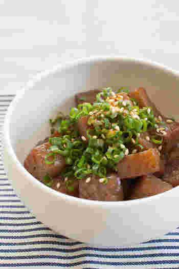 ピリっ甘辛のこんにゃく炒めはヘルシーで、冷めても美味しいおかずです。