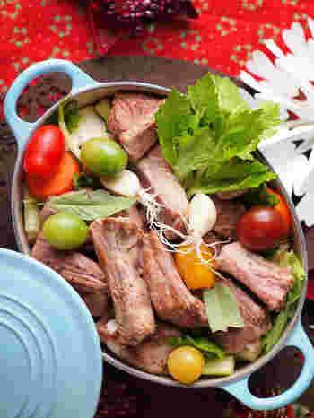 スペアリブと野菜をじっくり蒸して作るこちらのレシピは、おもてなしにもぴったりの豪華なメニュー。出来上がったらお鍋ごとテーブルに出して召し上がれ♪チキンや牛肉を使っても、おいしくできますよ。