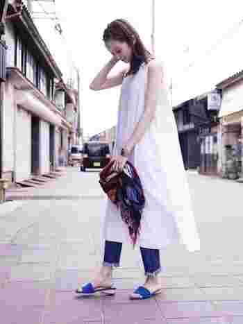 ふわりと風をはらむ白のリネンワンピ―ス。一枚でさらりと着こなすのはもちろん、細身のフリンジデニムを合わせると大人のこなれ感のあるレイヤードスタイルに。