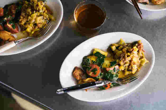 こちらも同じくイタリアのブランドであるSaturniaの「チボリ オーバルプレート」は、様々なサイズがありとっても使いやすいシリーズのお皿です。シンプルなためワンプレートをお料理で彩るのも良いですね。
