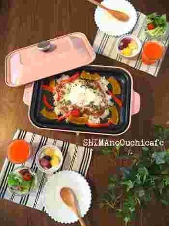 ご飯と同様、残りやすいものが「カレー」。そんなカレーも一緒に活用できる超簡単メニューです♪もちろん、冷凍したカレーやレトルトカレーなどでもOKですよ。  プラスする野菜も冷蔵庫の残り物で大丈夫。彩りを意識するだけで、こんなに目にも鮮やかな素敵な朝食があっという間に完成です!