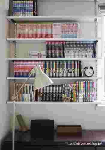 こちらのブロガーさんは、寝室の壁面一面に本棚をDIYしたそうです。これだけの収納量があると、マンガ別にスッキリ収納することも出来るので、見た目にもキレイですね。フロアライトを置いて、寝る前の漫画タイムを満喫しているそうです! また、今後も増えていきそうな漫画は、この壁面に収まる量だけと、自分ルールを決めているそうです。それが、いつまでもキレイを保つ秘訣なのかもしれませんね!