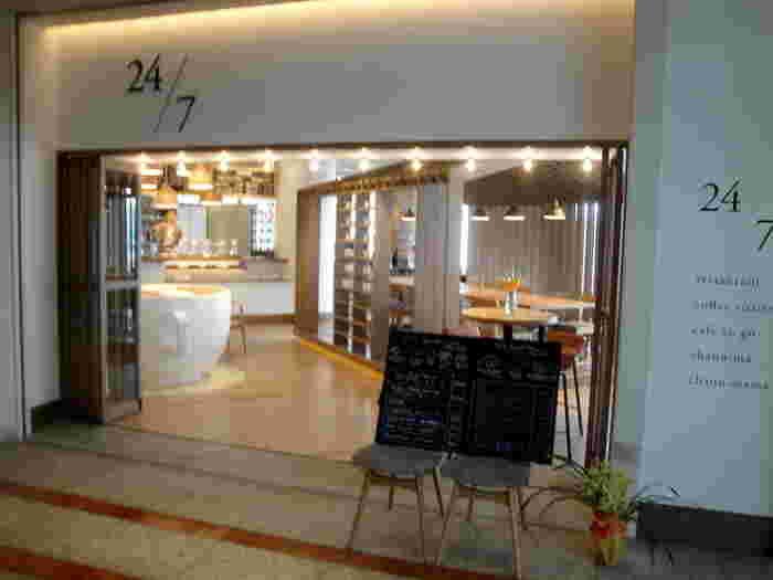 みなとみらい駅を出て徒歩1分のクイーンズスクエア横浜 アット! 2nd の3Fにある、大きなマグカップ型のインテリアが店内すぐにあるカフェ、「トゥエンティーフォーセブンレストラン」。