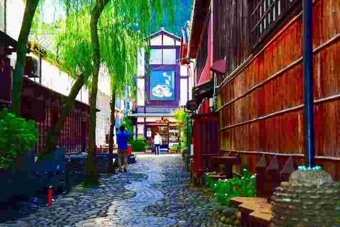 日本各地にはそれぞれの土地に根付いた郷土料理があります。地域の特産物を使い、ずっと受け継がれてきたその味はその土地の人々の誇りです。私たちも旅に出た時にその土地の郷土料理を食べると、今まで知らなかった新しいおいしさを発見できると同時に、そこに住んでいる人々の生活や文化までも知ることができます。